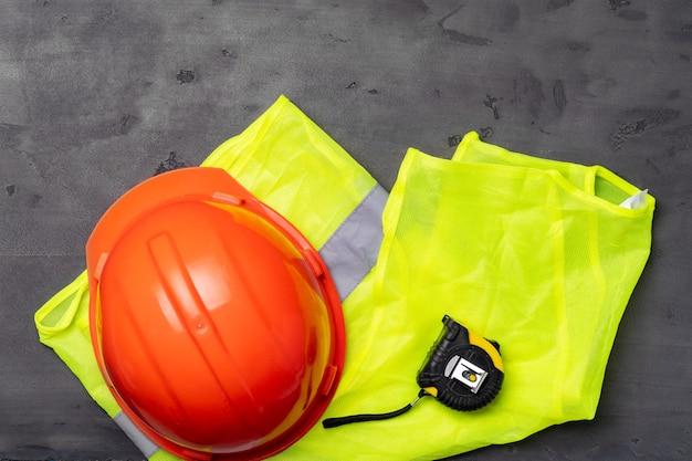 Bauarbeiter set helm und fluoreszierende weste draufsicht