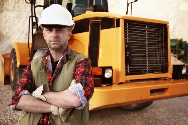 Bauarbeiter vor seinem bagger