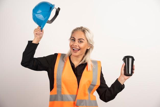 Bauarbeiterin, die bruch mit tasse tee hat. hochwertiges foto