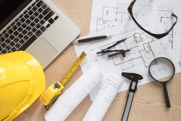 Baubedarf und entwürfe nahe laptop
