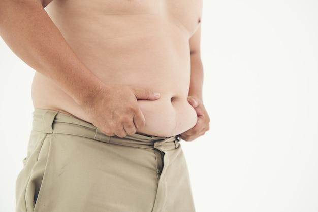 Bauchfetter mann auf weißem überladenem gesundheitskonzept