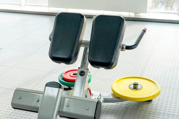 Bauchmuskeltrainingmaschine in der leeren turnhalle
