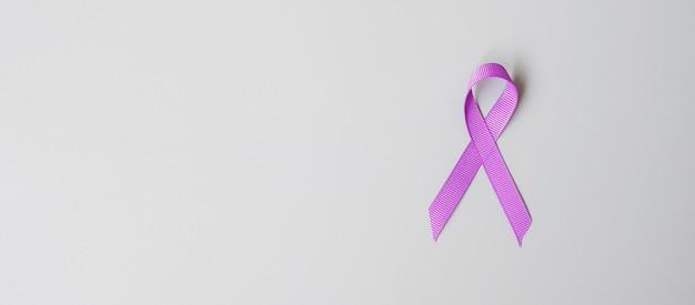 Bauchspeicheldrüsenkrebs, welt alzheimer, epilepsie, lupus und häusliche gewalt tag bewusstsein monat, frau hält lila band für die unterstützung lebender menschen. konzept für gesundheitswesen und weltkrebstag