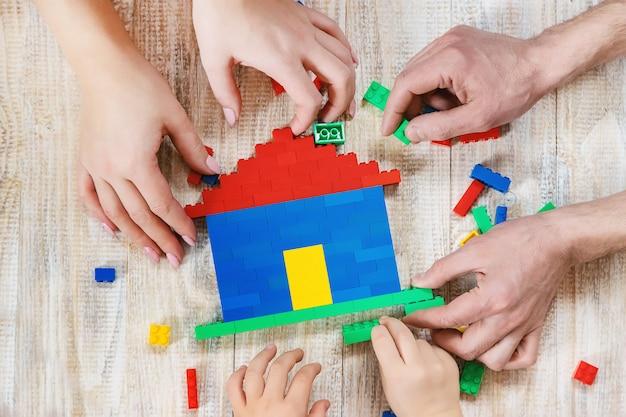 Baue ein designer-lego-haus. selektiver hintergrund.