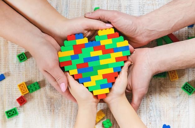 Baue ein designer-lego-herz. selektiver hintergrund.