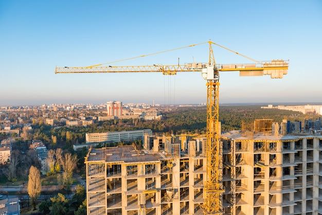 Bauen mit kränen auf industriebaustelle