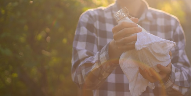 Bauer, der eine frische natürliche milch in flaschen hält