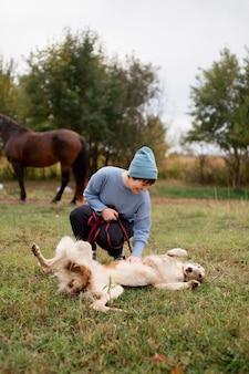 Bauer, der zeit mit hund verbringt, hautnah