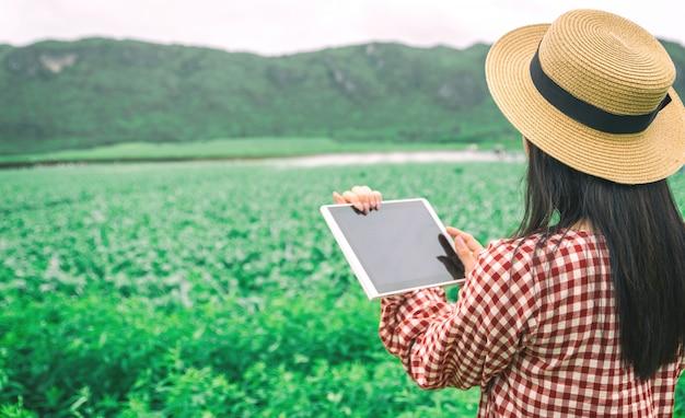 Bauer mit einer tablette in einer kultur