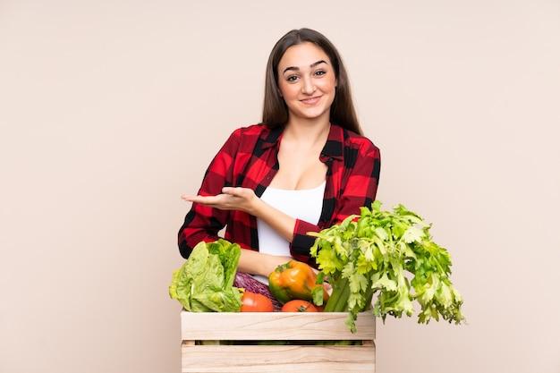 Bauer mit frisch gepflücktem gemüse in einer schachtel