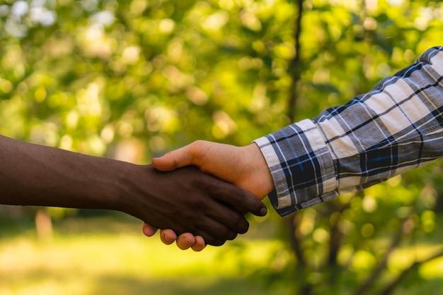 Bauern geben sich die hand