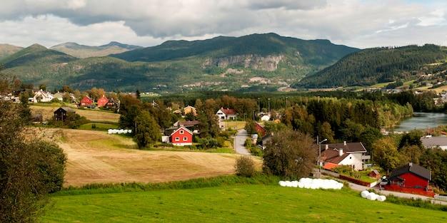 Bauernhäuser in einem feld, norwegen