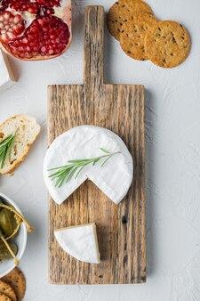 Bauernhofkäse-camembert-satz, auf weißem tisch, draufsicht