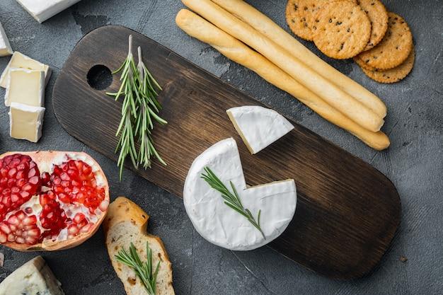 Bauernkäse-camembert-set, auf grauem tisch, flach gelegt