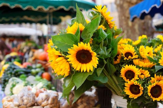Bauernmarkt und sonnenblumen