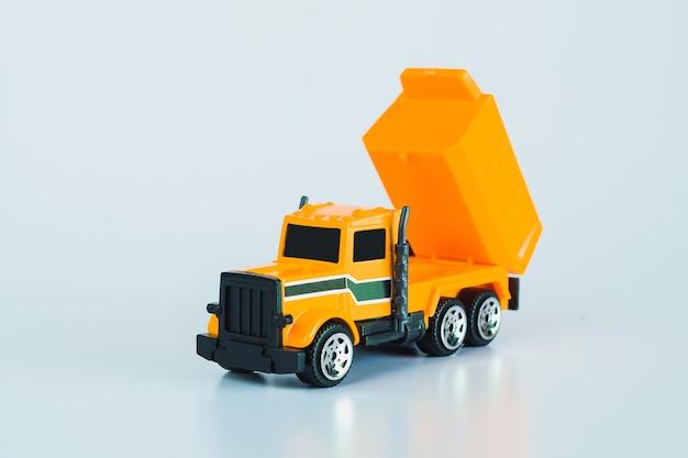 Baufahrzeuge und schwere maschinen. industriefahrzeuge gelber muldenkipper.