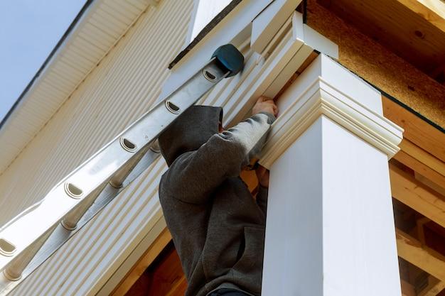 Bauherren installieren eine stützsäule in der neuen hausinstallationskonstruktion