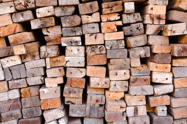 Bauholzmühle mit voll des ausschnittholzlagers. fabrik und produktion. branchenressource