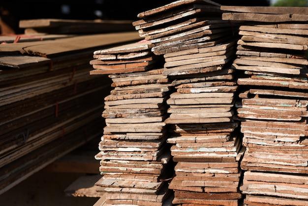 Bauholzmühle mit voll des ausschnittholzlagers. fabrik und produktion. umweltindustrie