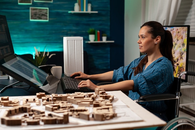Bauingenieur, der im büro an maquette-plan arbeitet