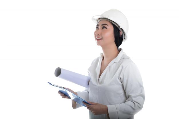 Bauingenieur hält planzeichnung, freut sich und denkt nach