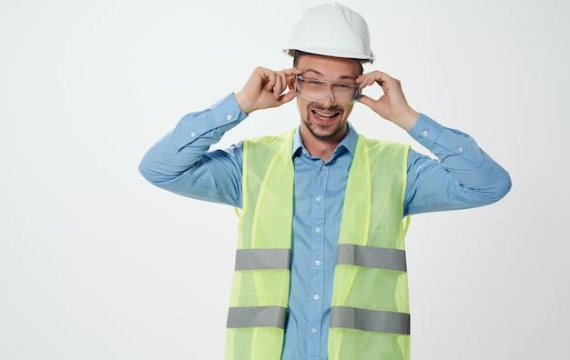 Bauingenieur im reparaturwerkzeug für schutzhelme.
