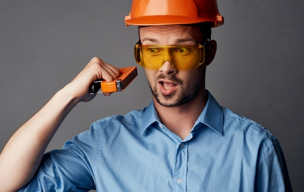 Bauingenieur im reparaturwerkzeug für schutzhelme