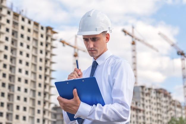 Bauingenieur in einem weißen helm