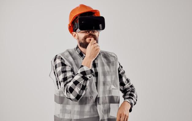 Bauingenieur mit 3d-virtual-reality-brille und orangefarbenem schutzhelm auf dem kopf. hochwertiges foto