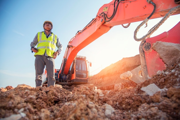 Bauingenieurabnutzungsschutzausrüstungstand an der baustellensite