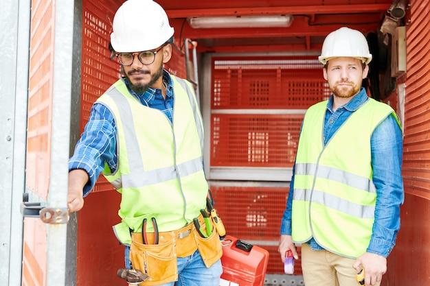Bauingenieure im industriellen aufzug