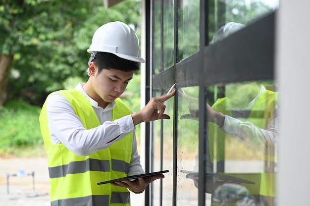 Bauinspektor prüft mit tablette auf dem neuen grundstück