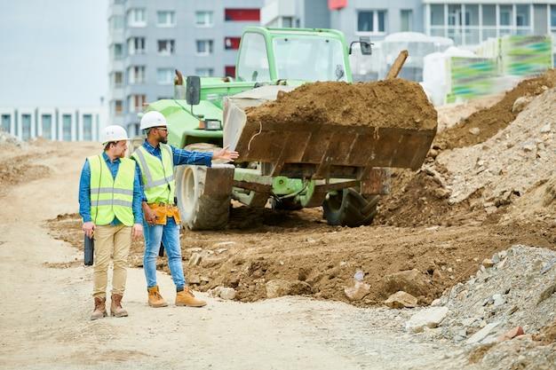 Bauinspektoren beobachten den ausgrabungsprozess