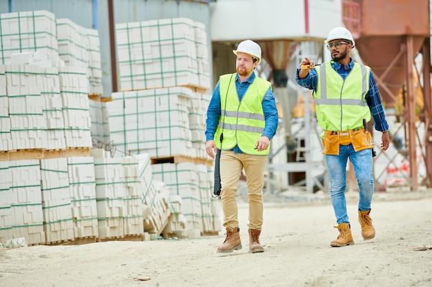 Bauinspektoren gehen auf baustelle