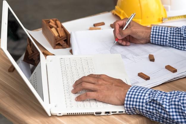 Baukonzept, hände des ingenieurs arbeitend an plan