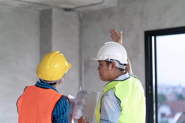 Baukonzept, vorarbeiter offizier inspektor defekt über ingenieur & architekt arbeit nach hause gebäude vor dem vollständigen projekt