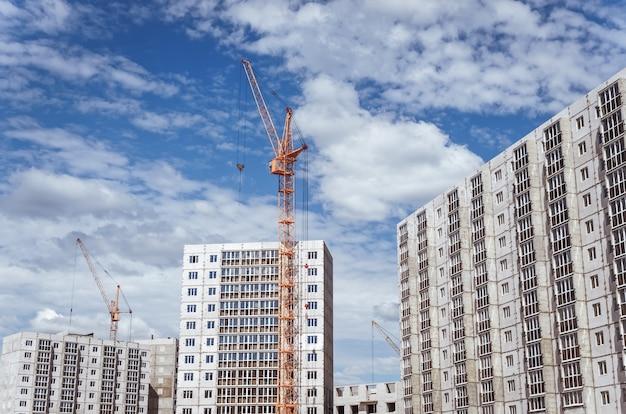 Baukräne und neue hochhäuser