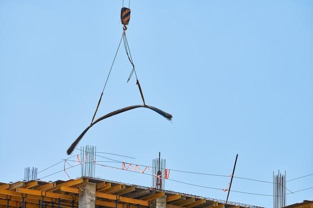 Baukran, der am gebäudekomplex arbeitet. wahl neues einkaufszentrum in der innenstadt der stadt