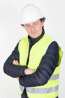 Bauleiter im büro mit weißem sturzhelm