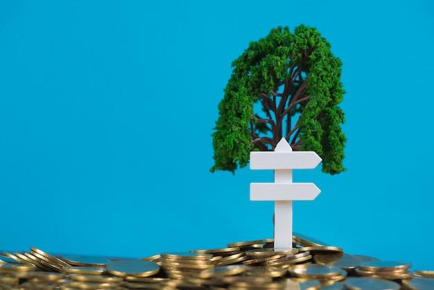 Baum, der auf stapel von goldenen münzen wächst