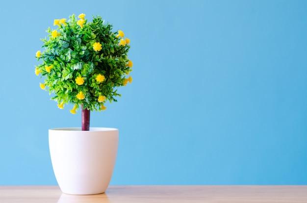 Baum kunststoff auf blauem hintergrund