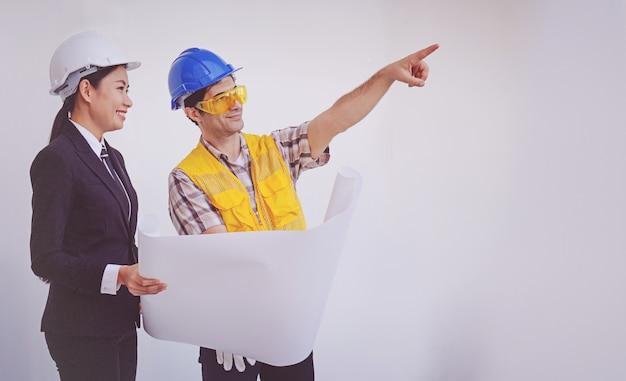 Baumanager und ingenieur, die lichtpausen betrachten