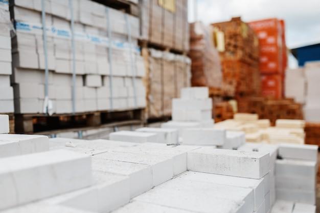 Baumarktsortiment, ziegelpackungen im freien, niemand. auswahl an baumaterialien und werkzeugen im baumarkt, produktreihen