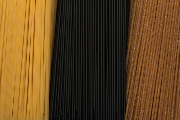 Baumart von ungekochten italienischen spaghetti in nahaufnahme. pasta-hintergrund.