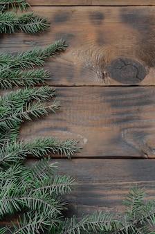 Baumast auf dem rustikalen hölzernen hintergrund benutzt für weihnachtsdekoration