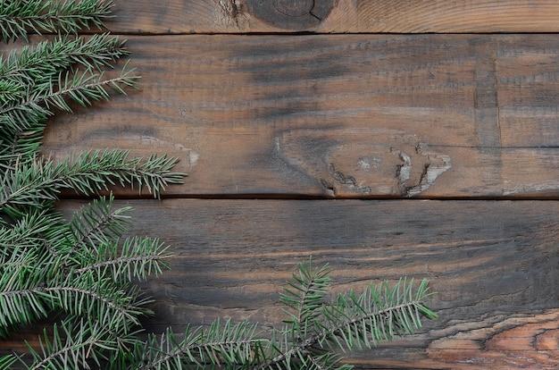 Baumast auf rustikalem hölzernem benutzt für weihnachtsdekoration