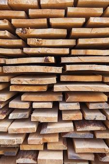 Baumaterial in form von frischen holzbrettern an einer straßenreparaturstelle. der reparaturprozess. nahansicht.