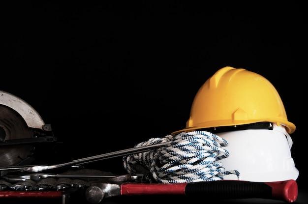 Baumaterial-konzept. handwerkzeuge und elektrowerkzeuge. sicherheits-bauwerkzeuge.