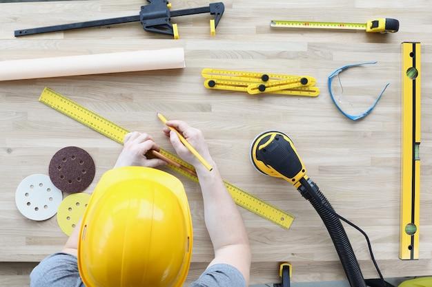 Baumeister breitet werkzeuge für reparaturen auf dem tisch aus