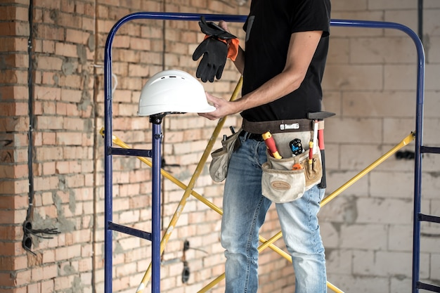 Baumeister handwerker mit bauwerkzeugen. haus und hausrenovierungskonzept.